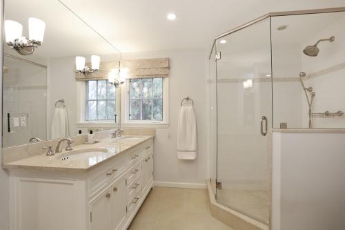 16_53lyndenstreet_13_masterbathroom_hires